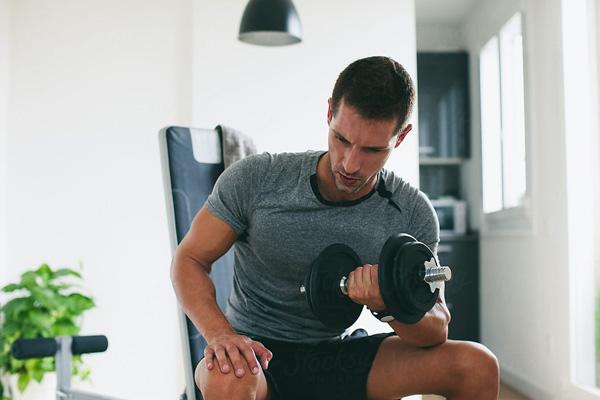 Tập gym với tạ tay