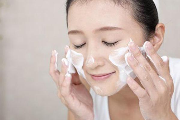 sữa rửa mặt E100 nghệ có hạt massage
